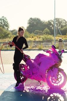 Linda mulher lavando uma motocicleta