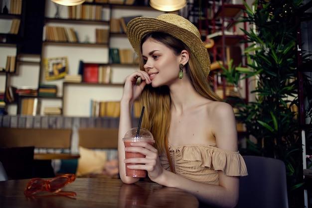 Linda mulher lendo um livro em uma recreação de café. foto de alta qualidade
