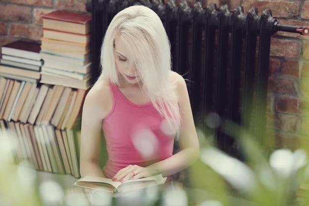 Linda mulher lendo um livro