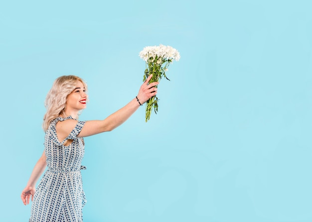 Linda mulher levantando buquê de flores
