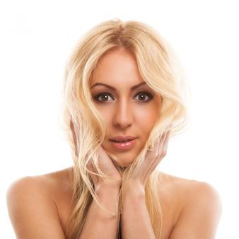 Linda mulher loira com cabelos longos