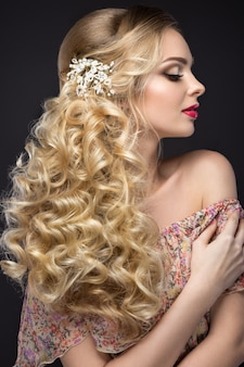 Linda mulher loira com flores brancas no cabelo