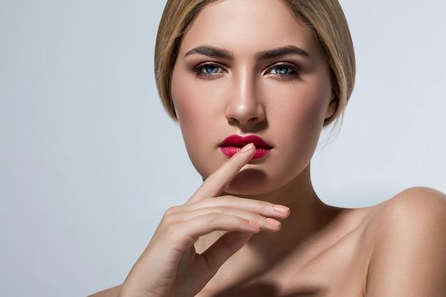 Linda mulher loira com lábios vermelhos