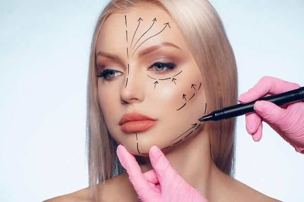 Linda mulher loira com marcas de cirurgia plástica no rosto, retrato de mulher
