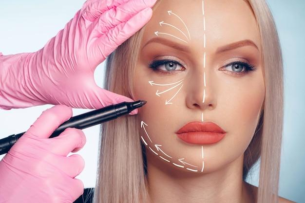 Linda mulher loira com marcas de cirurgia plástica no rosto