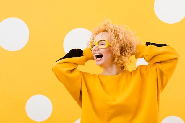 Linda mulher loira com óculos amarelos