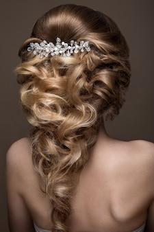 Linda mulher loira com uma pele perfeita, maquiagem de noite, penteado de casamento e acessórios