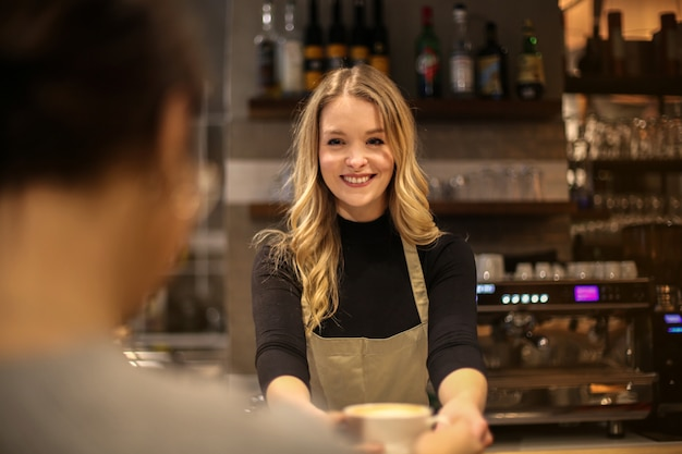 Linda mulher loira como barista