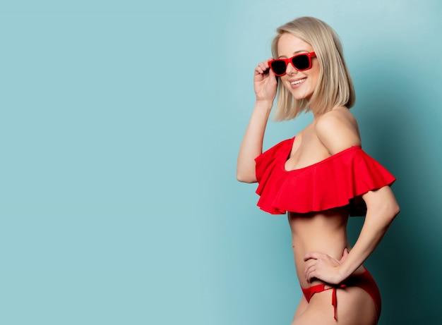 Linda mulher loira de biquíni vermelho e óculos de sol