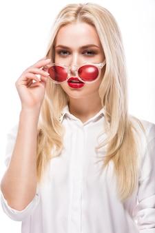 Linda mulher loira de óculos cor de rosa e camisa