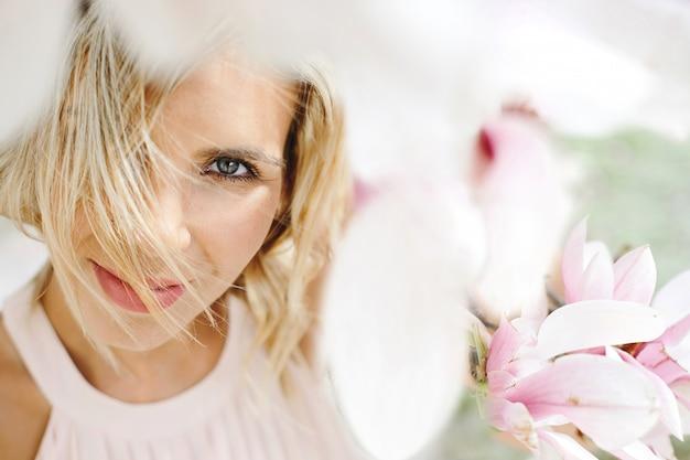 Linda mulher loira de olhos azuis