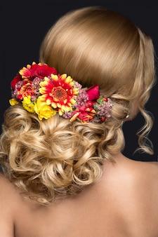 Linda mulher loira na imagem da noiva com flores. rosto de beleza e vista traseira do penteado