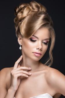 Linda mulher loira na imagem da noiva. rosto de beleza e penteado