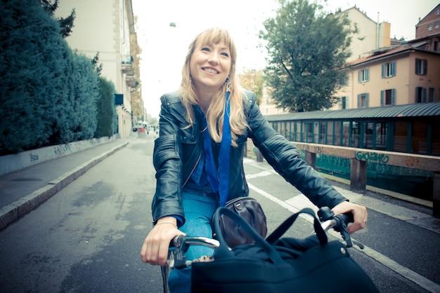 Linda mulher loira na moto