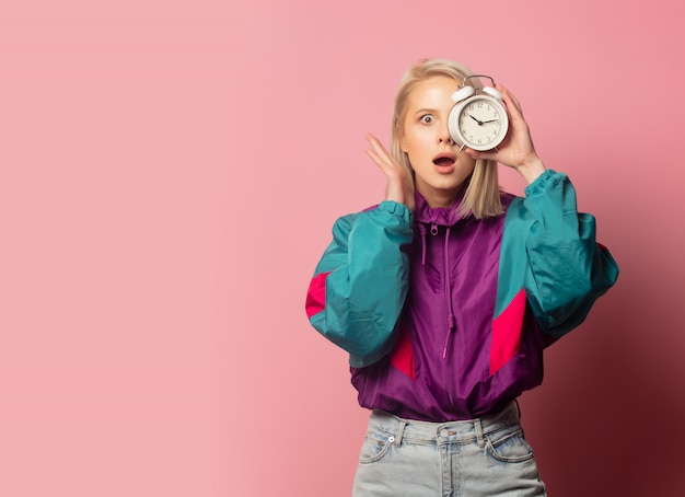 Linda mulher loira nos anos 90 roupas com despertador
