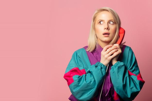 Linda mulher loira nos anos 90 roupas com fone de ouvido