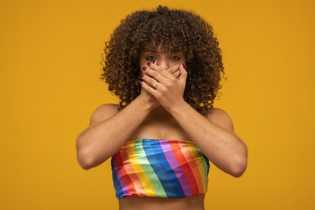 Linda mulher lutando contra o preconceito