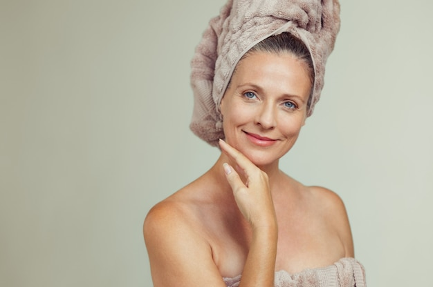 Linda mulher madura em toalha