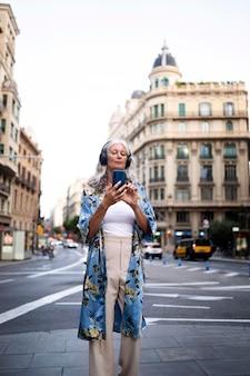 Linda mulher madura passando um tempo na cidade