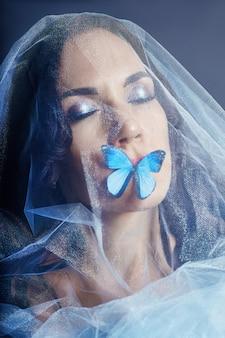 Linda mulher misteriosa borboletas cor azul