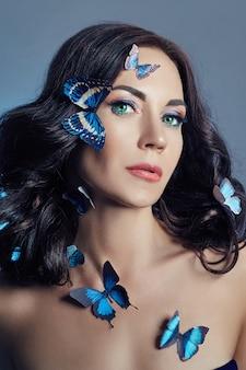 Linda mulher misteriosa com borboletas azuis