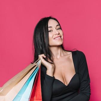 Linda mulher moderna com sacos de papel