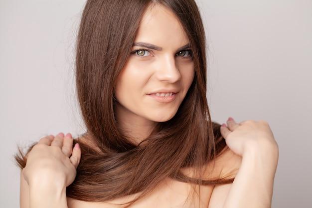 Linda mulher morena com cabelos longos e lisos