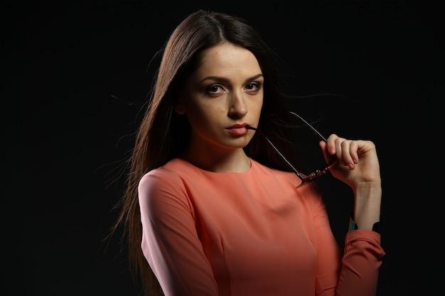 Linda mulher morena com óculos escuros e cabelos longos posando