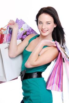 Linda mulher morena com sacolas de compras - isolada no branco