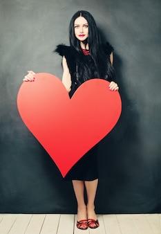 Linda mulher morena e grande coração. retrato da beleza da moda. dia dos namorados
