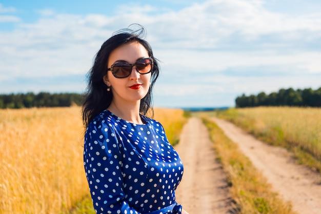 Linda mulher morena no campo de trigo
