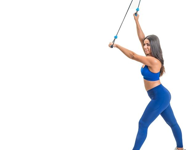 Linda mulher morena que pratica fitness para perda de peso faz exercícios de alongamento
