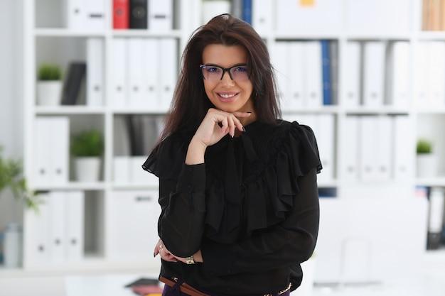 Linda mulher morena sorridente no escritório