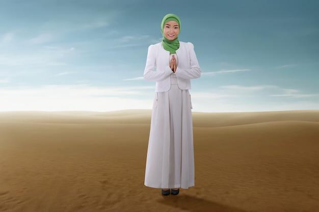 Linda mulher muçulmana asiática com véu rezando