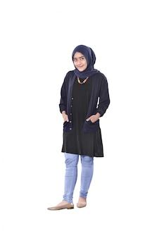 Linda mulher muçulmana asiática em pé com a mão no bolso