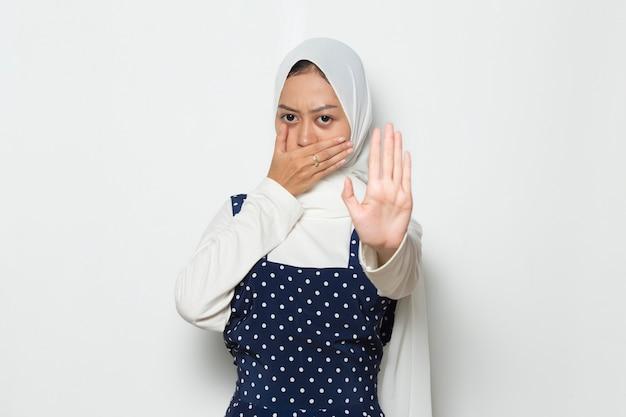 Linda mulher muçulmana asiática mostrar gesto de parar com as mãos