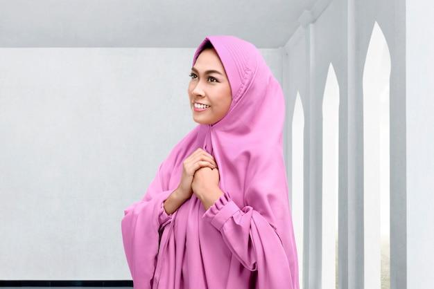 Linda mulher muçulmana asiática no lenço na cabeça