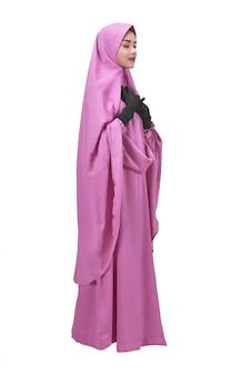 Linda mulher muçulmana asiática no véu rezando