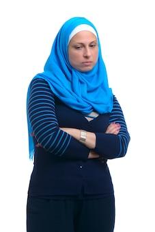 Linda mulher muçulmana triste isolada