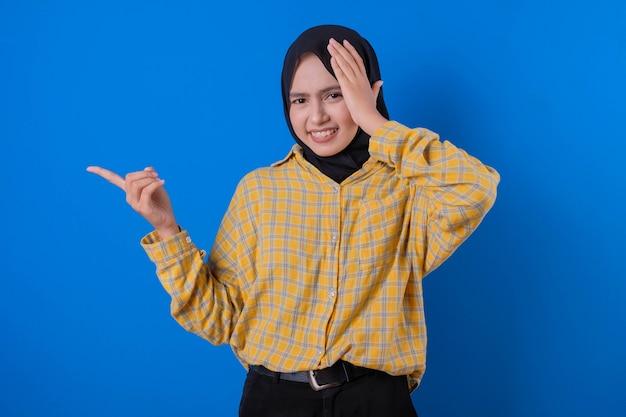 Linda mulher muçulmana usando a mão direita tocando sua cabeça