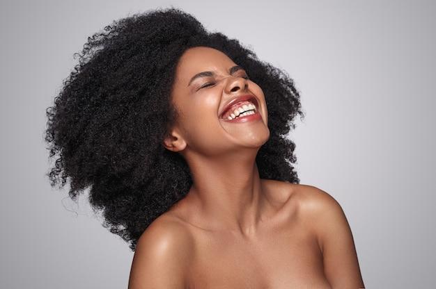 Linda mulher negra rindo de uma piada