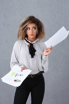 Linda mulher negra segurando papéis