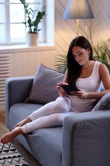 Linda mulher no sofá