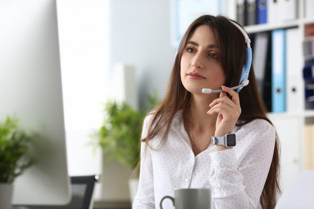 Linda mulher olhando para o computador