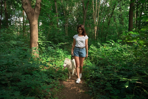 Linda mulher passeando com seu cachorro
