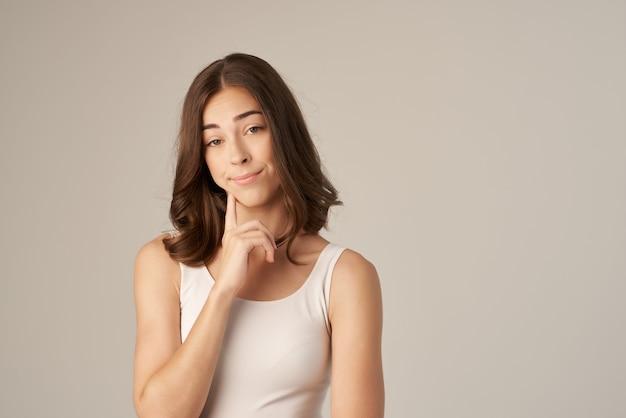 Linda mulher posando glamour cosméticos fundo isolado. foto de alta qualidade