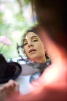 Linda mulher posando na frente de um espelho