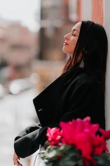 Linda mulher respirando varanda na cidade de madrid, na espanha