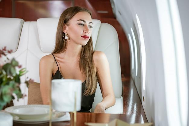 Linda mulher rica em um avião particular de primeira classe