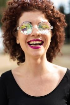 Linda mulher rindo de câmera